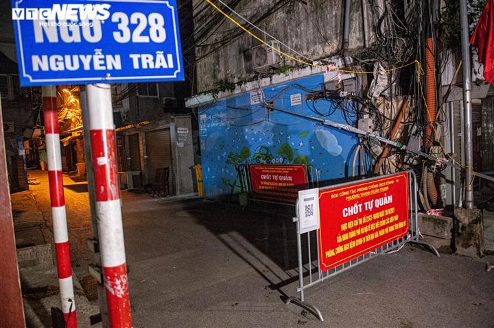 Ảnh: Ổ dịch COVID-19 lớn nhất Hà Nội được gỡ phong tỏa trong đêm - 15