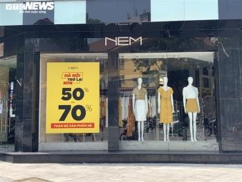 Được hoạt động trở lại, shop thời trang Hà Nội xả hàng, tung khuyến mãi