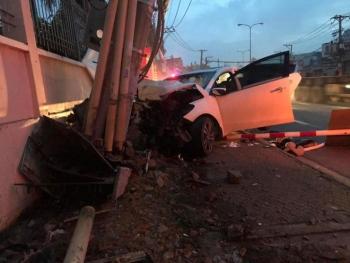 Trộm tài sản bị truy đuổi, 2 thanh niên lái ô tô bỏ chạy đâm gãy cột điện
