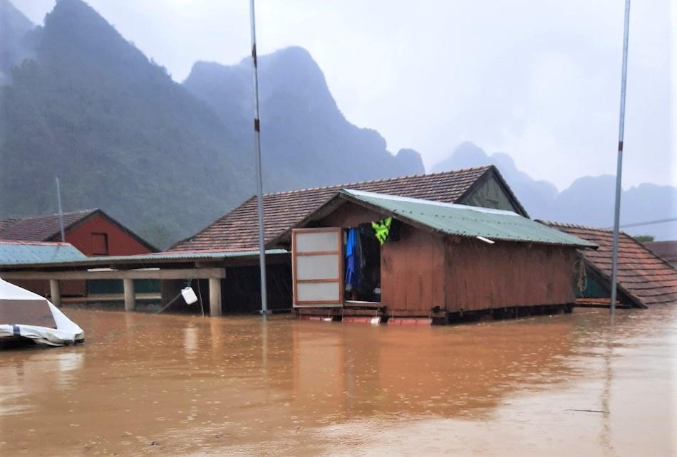 Nước lũ dâng tận nóc nhà, cuốn trôi một người phụ nữ ở Quảng Bình - Ảnh 3