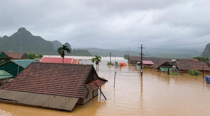 Nước lũ dâng tận nóc nhà, cuốn trôi một người phụ nữ ở Quảng Bình - Ảnh 4