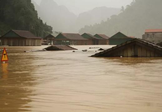 Nước lũ dâng tận nóc nhà, cuốn trôi một người phụ nữ ở Quảng Bình - Ảnh 6