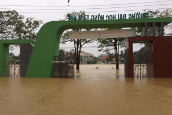 Lũ lụt ở miền Trung, sinh viên nhiều trường không thể làm thủ tục nhập học đúng hạn