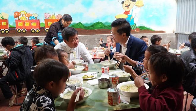 Tin tức thời sự mới nóng nhất hôm nay 13/10/2020: Ông Đoàn Ngọc Hải nấu phở 'đãi' học sinh huyện Mèo Vạc - Ảnh 1
