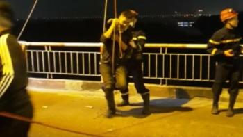Cảnh sát đu dây cứu nam thanh niên say rượu nhảy cầu Chương Dương