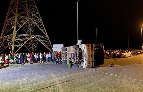 Ô tô chở 40 công nhân bị lật do xe tải đâm: 1 nạn nhân tử vong, nhiều người bị thương - Ảnh 1
