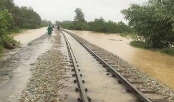 Đường sắt hết lao đao vì COVID-19 lại gặp khó vì mưa lũ
