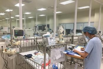Hà Nội: Bệnh nhi ùn ùn nhập viện chữa bệnh hô hấp do chuyển mùa