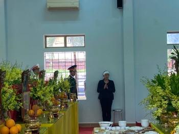 Xót xa cảnh vợ Chủ tịch huyện Phong Điền thẫn thờ bên di ảnh chồng