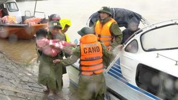 Xúc động cảnh chiến sỹ công an cứu hộ người dân bị thương trong lũ ở Quảng Bình