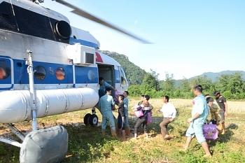 Trực thăng thả hơn 1,5 tấn hàng cứu trợ dân vùng lũ