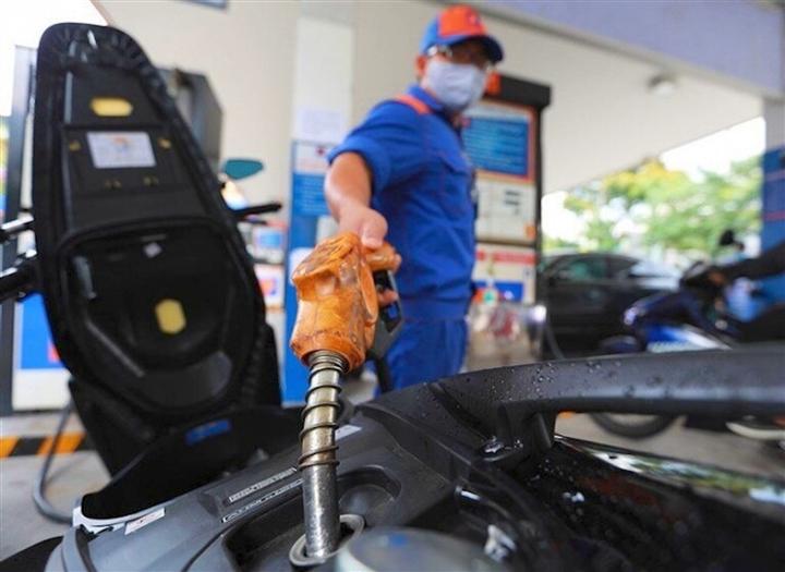Thị trường tuần qua: Giá xăng cao nhất 7 năm, ô tô điện đầu tiên của VN ra mắt