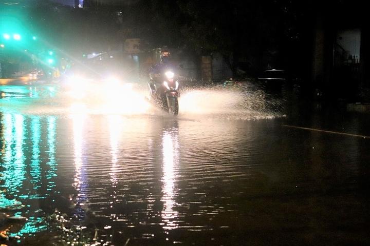 Ảnh: Nước sông lên nhanh, người Quảng Bình chạy lũ trong đêm