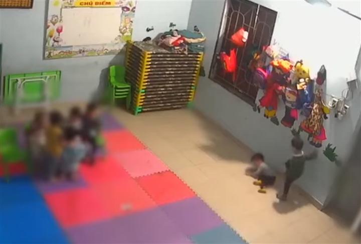 Bé gái 2 tuổi bị bạn đánh thâm tím: Cô giáo không biết, dân mạng phẫn nộ