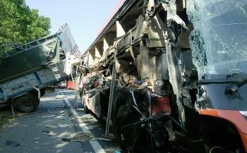 Xe giường nằm biến dạng sau cú đâm xe tải