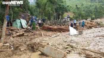 Dựng nhà tạm cho dân ở ngôi làng bị 'xóa sổ' sau sạt lở núi