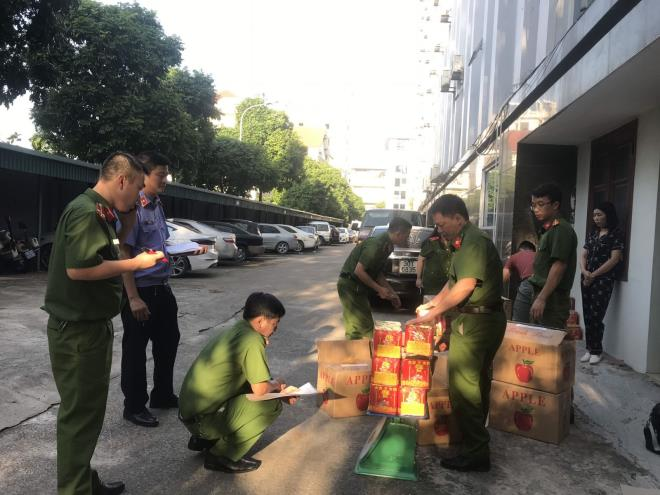 Bắt giữ 3,4 tấn pháo hoa nổ được ngụy trang trong các thùng bìa hoa quả - 2