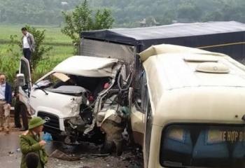 Xe khách chở 10 người tông trực diện xe tải, Quốc lộ 6 ùn tắc hơn 1 giờ