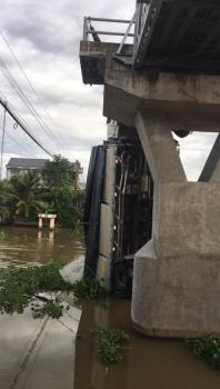 Xe tải chở 15 tấn lúa đi vào đường cấm ô tô làm sập cầu ở Tiền Giang