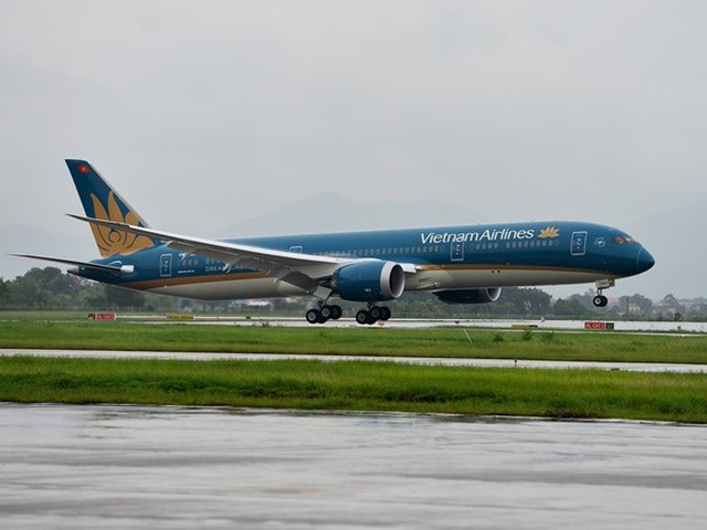 vietnam airlines xem xet sa thai nam tiep vien hang khong vi pham quy dinh cach ly