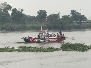 Sà lan đâm chìm ghe trên sông Sài Gòn