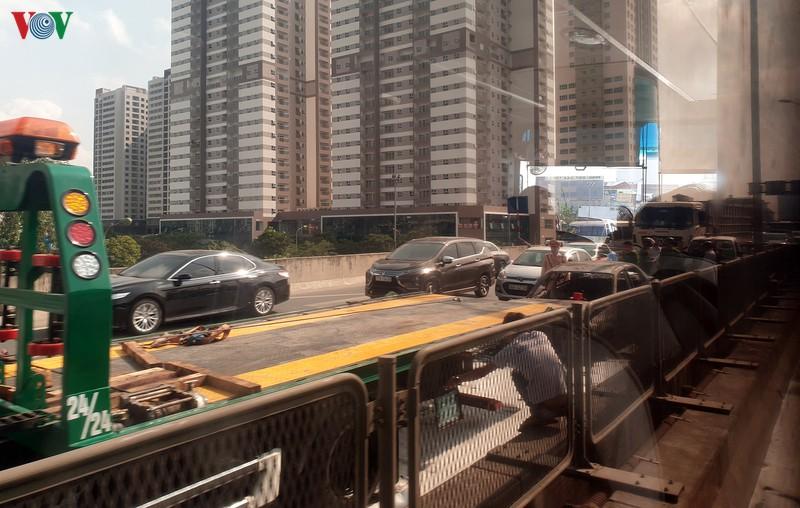 xe o to bien xanh boc chay ngun ngut tren duong vanh dai 3 tren cao