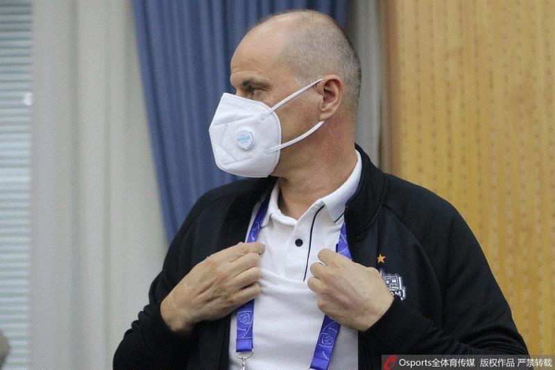 Virus corona hoành hành, cầu thủ và HLV Buriram đeo khẩu trang đến dự họp báo
