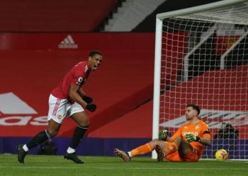Kết quả Ngoại Hạng Anh: Đánh bại Aston Villa, Man Utd bắt kịp Liverpool