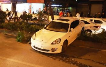 Hà Nội: Tài xế xe Porsche nghi bị đột quỵ mất lái, tông đổ nhiều cây xanh
