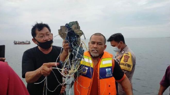 tim thay manh vo nghi cua may bay indonesia cho 62 nguoi mat tich