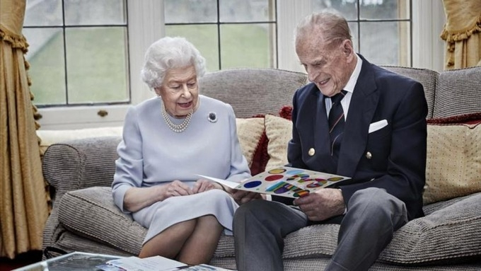 Nữ hoàng Anh và phu quân tiêm vaccine Covid-19