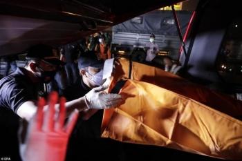 Indonesia tìm thấy nhiều mảnh thi thể và mảnh vỡ kim loại máy bay trên biển