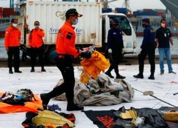 Một hộp đen của máy bay rơi tại Indonesia được trục vớt