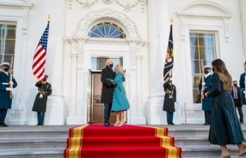 Giây phút ông Biden không thấy ai mở cửa khi