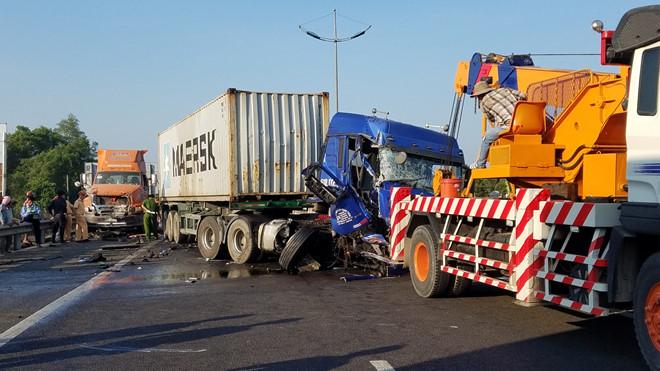 3 xe container tong lien hoan tren cao toc tphcm trung luong