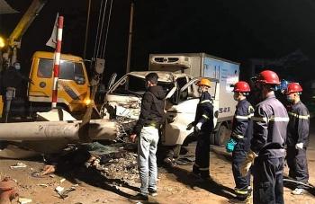 Xe tải đâm gãy cột điện, 3 người chết