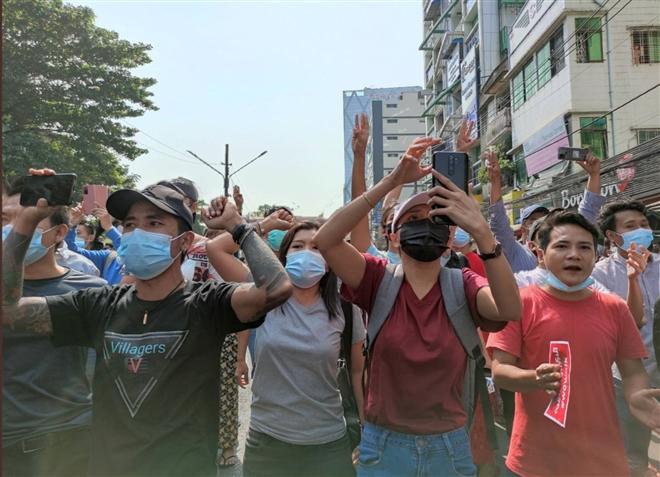 Người biểu tình tràn xuống đường, quân đội Myanmar ngắt internet cả nước - 1