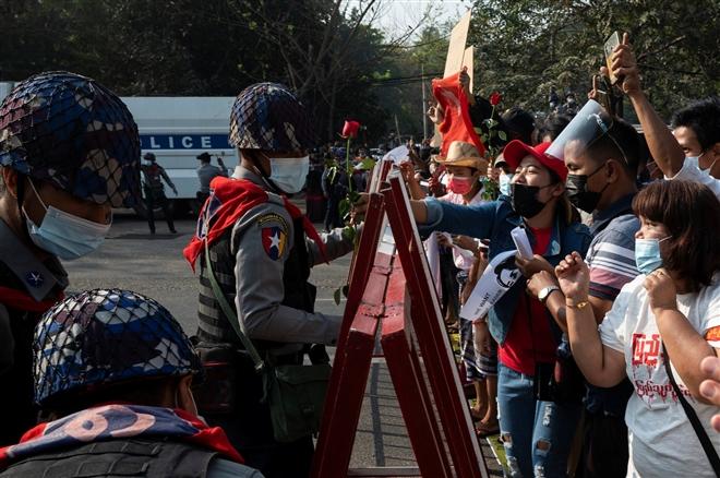 Hơn 60.000 người biểu tình phản đối đảo chính quân sự ở Myanmar - 4