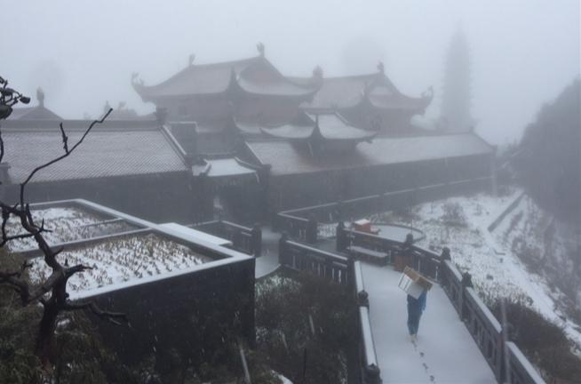 Tuyết rơi bất thường trên đỉnh Fansipan ngày 27 Tết