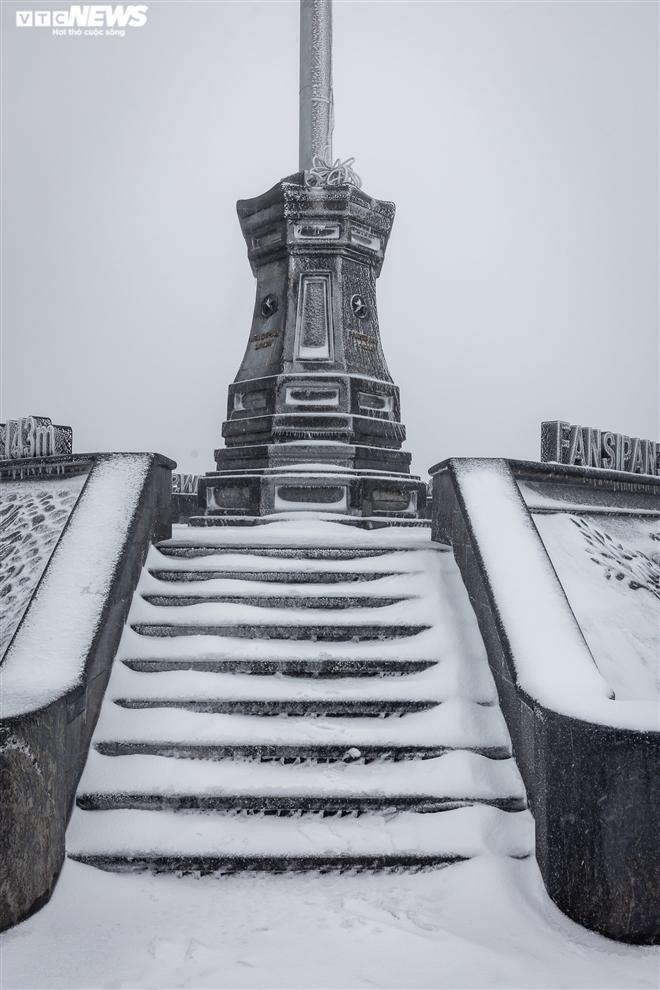 Du khách đổ xô lên đỉnh Fansipan ngắm tuyết phủ trắng ngày cuối năm