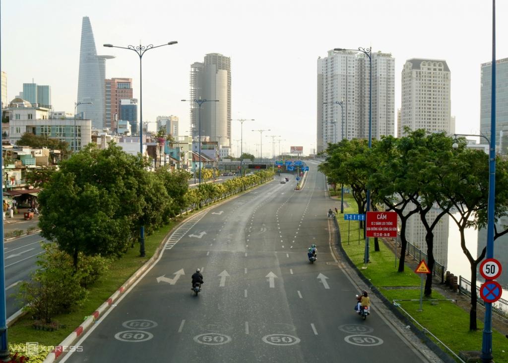 Hà Nội, TP HCM vắng lặng sáng mùng Một Tết