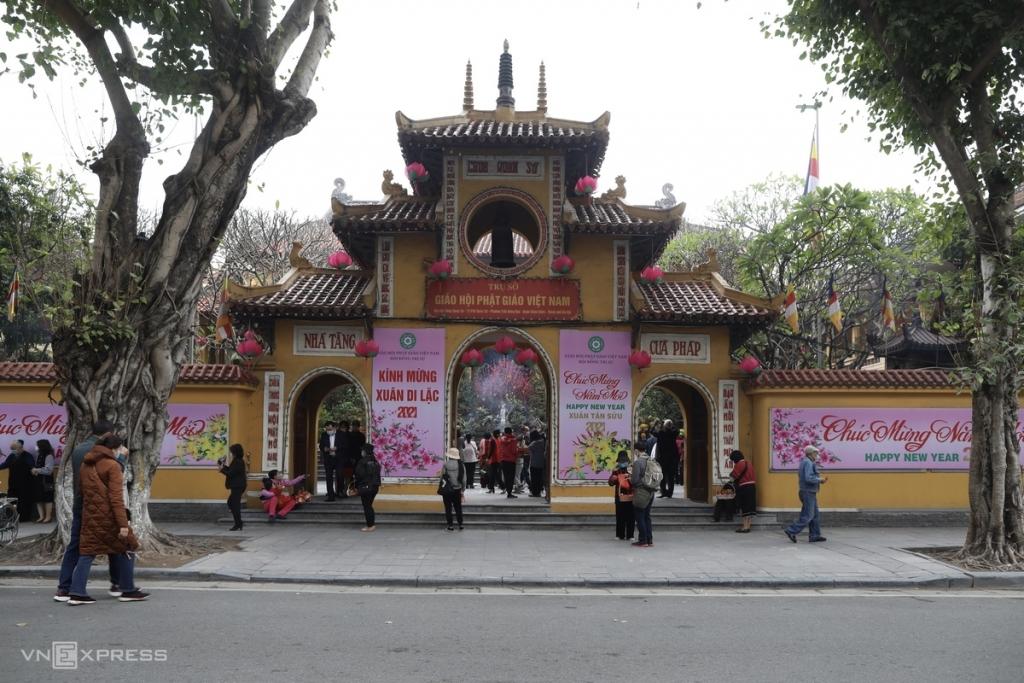 Người Hà Nội đeo khẩu trang lên chùa ngày Tết