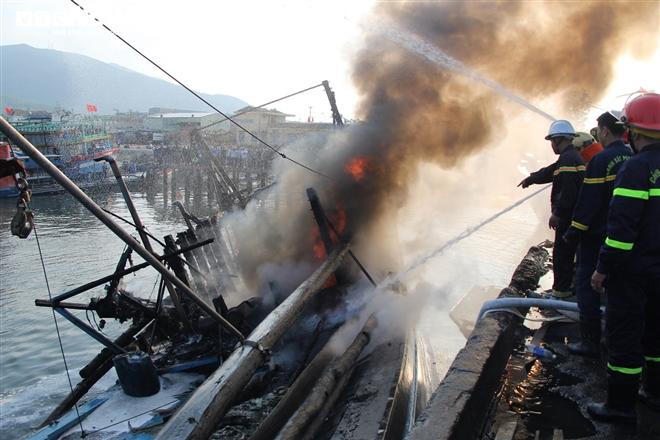 Cháy lớn tại âu thuyền Đà Nẵng, 3 tàu cá bị thiêu rụi - 1