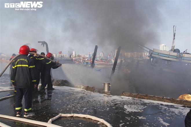 Cháy lớn tại âu thuyền Đà Nẵng, 3 tàu cá bị thiêu rụi - 2