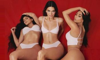 Chị em Kim Kardashian mặc nội y