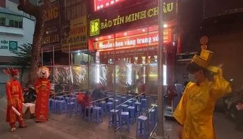 Người Hà Nội xếp hàng từ mờ sáng chờ mua vàng cầu may ngày vía thần Tài