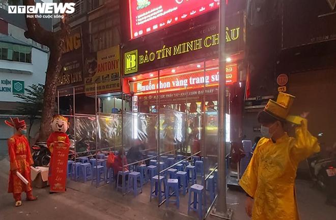 Người Hà Nội xếp hàng từ mờ sáng chờ mua vàng cầu may ngày vía thần Tài - 1