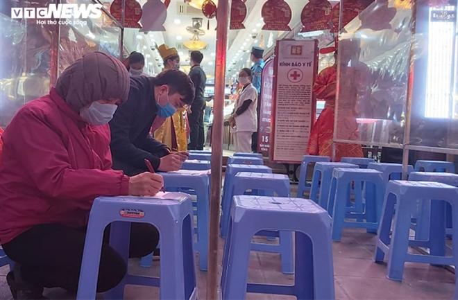 Người Hà Nội xếp hàng từ mờ sáng chờ mua vàng cầu may ngày vía thần Tài - 2