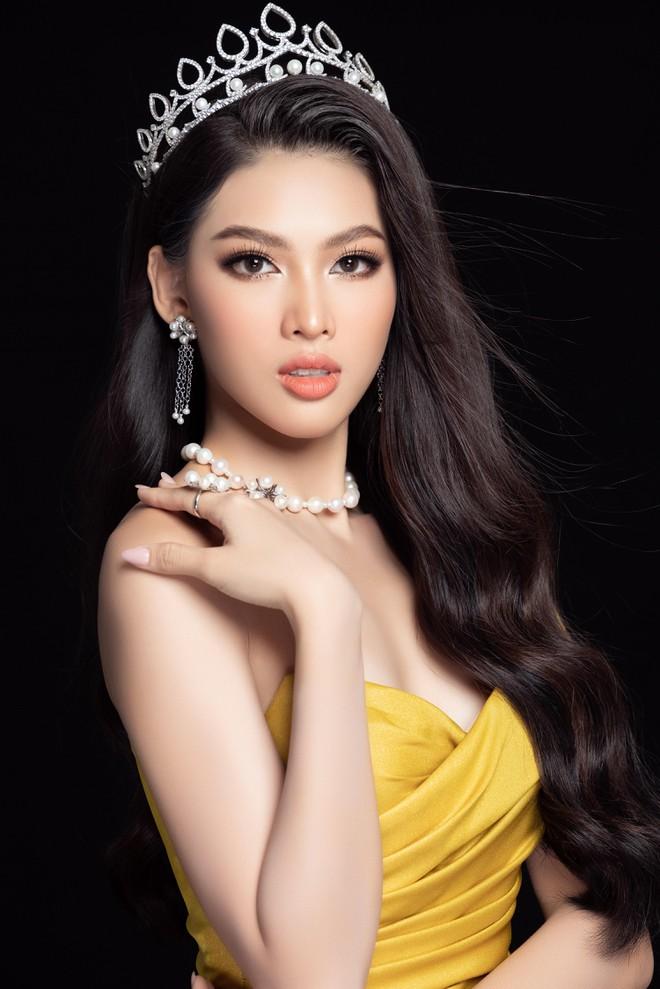 """Đại diện nhan sắc Việt mặc trang phục """"Lá ngọc cành vàng"""" đi thi quốc tế ảnh 1"""