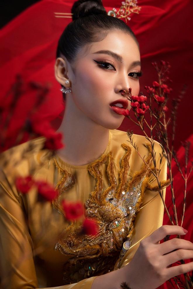 """Đại diện nhan sắc Việt mặc trang phục """"Lá ngọc cành vàng"""" đi thi quốc tế ảnh 4"""